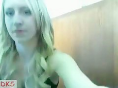 Teen blondie showing the brush goodies on webcam