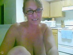 Mature lady masturbates on the top of webcam