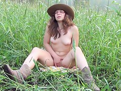 My girlfriend amateur orgasm at home and in the field